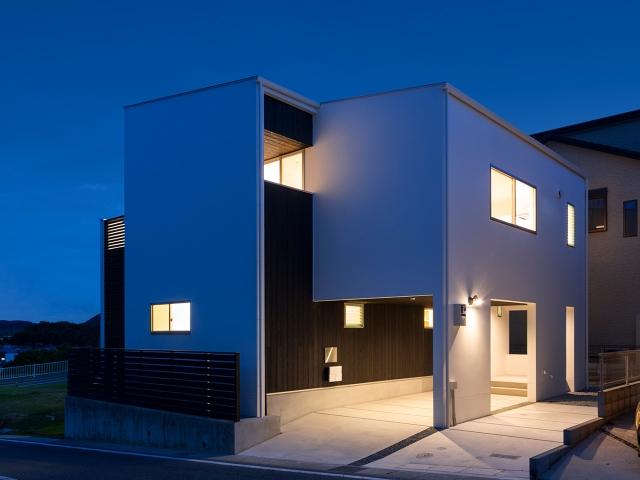 建物と一体になった屋根付き駐車場(ビルトインガレージ)!夕景