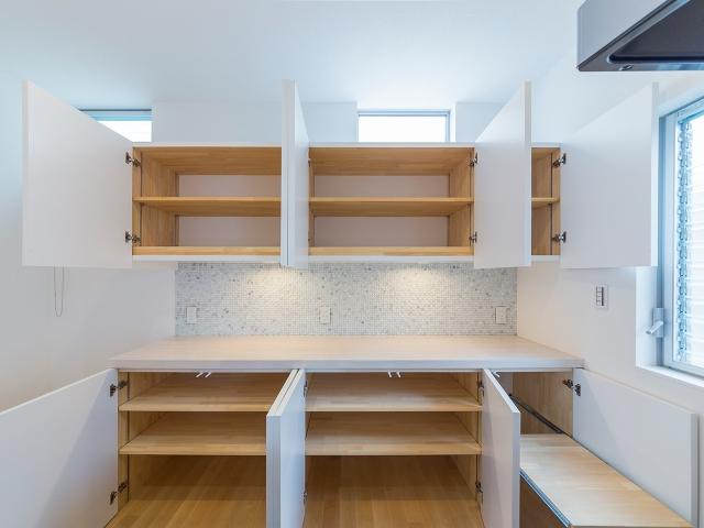 家事動線上にあるシンプルデザインの大容量造作キッチン棚!1