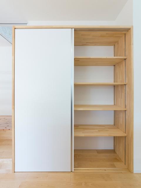 家事動線上にあるシンプルデザインの大容量造作キッチン棚!2