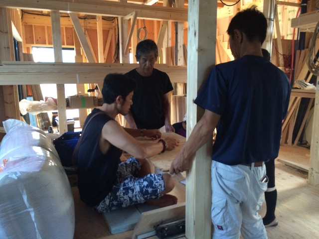 現場にて造り付け家具の打ち合わせ中!