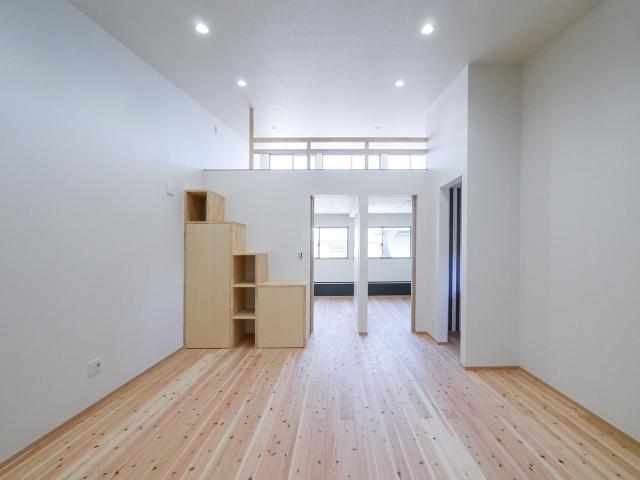 ロフトへは階段状の造り付け収納で昇降可能