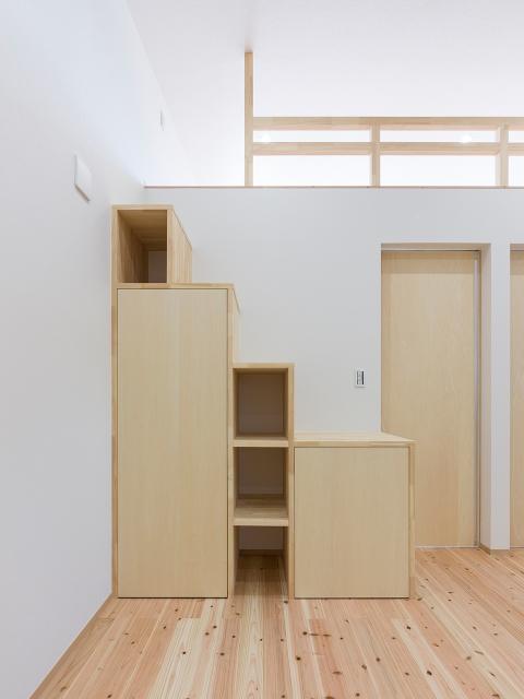 ロフトへは階段状の収納で昇降可能!