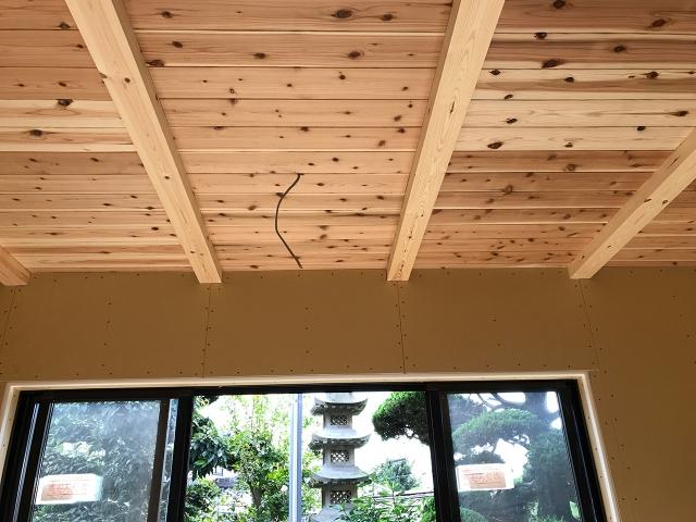 リビングの天井に無垢の杉板!
