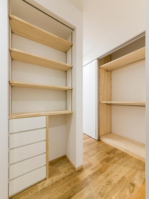建物と一体化させる造り付け家具で無駄なく収納