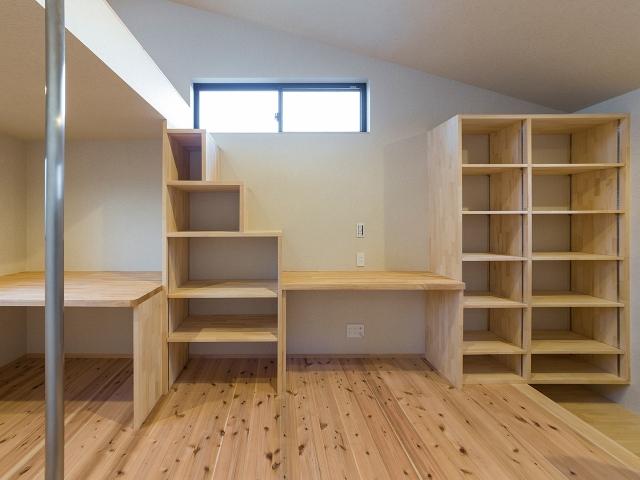 階段状の造り付け家具と机!