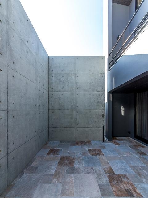 二階のベランダ高さまである、コンクリート打放しの壁!
