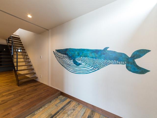 玄関ホールの壁紙には『ナガスクジラ』が泳いでいます