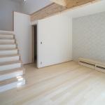 床材にヒバの木を採用し、木目の梁を見せたナチュラルなLDK空間