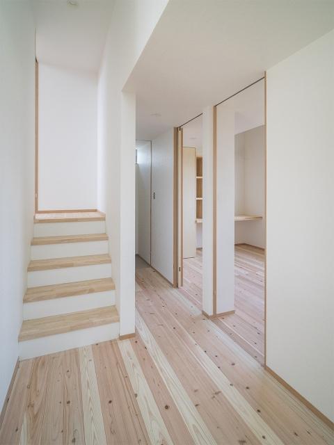 空間の仕切りを壁ではなく段差(スキップフロア)で分けたことによる部屋空間!