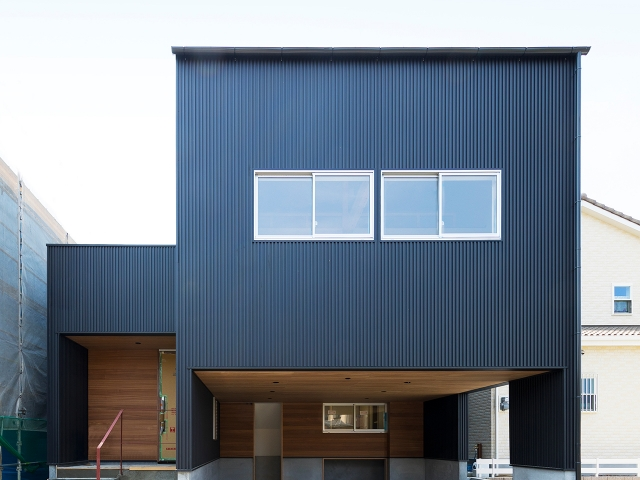 黒い外壁にアクセントで軒天や一部の壁にセランガンバツを使用