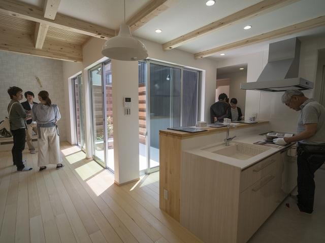 「敷地の高低差を利用したスキップフロアの家」オープンハウス2