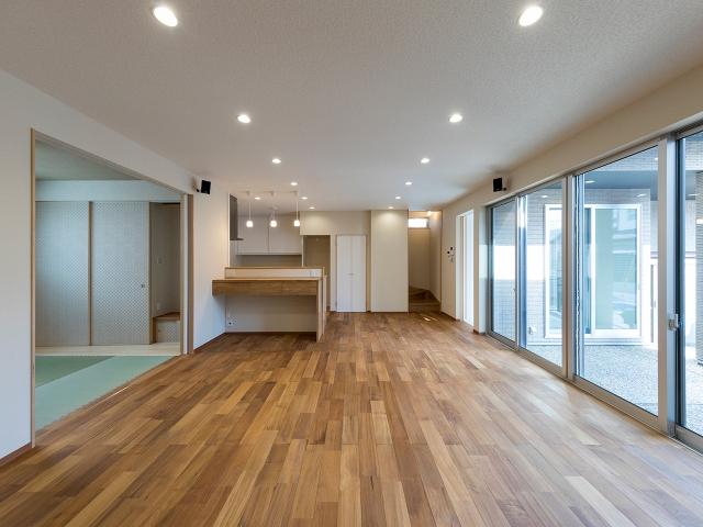 多目的に活用できる中庭と一体感のあるリビングダイニングキッチン和室!