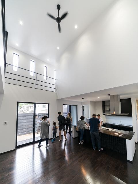 「ブラックモダンな家」オープンハウス2
