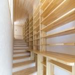 階段を利用した壁面本棚1
