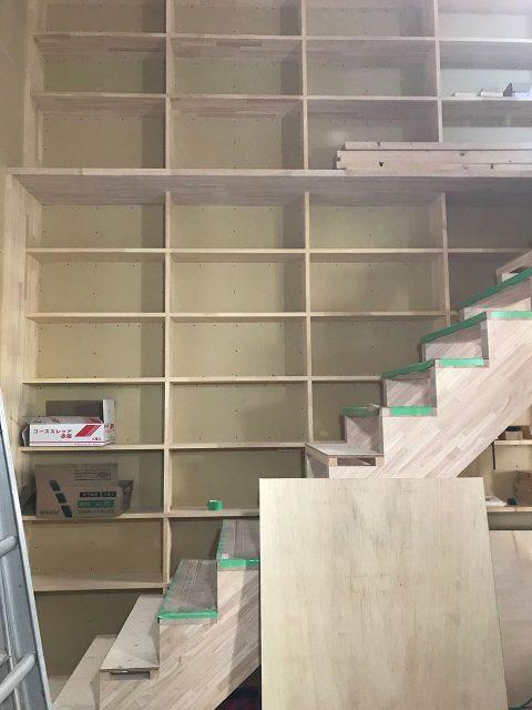 壁面にそびえる本棚!1