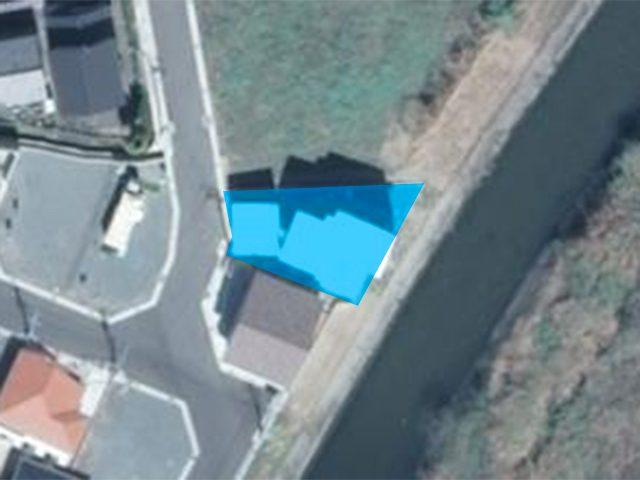 川沿いに建つ片流れ屋根の家